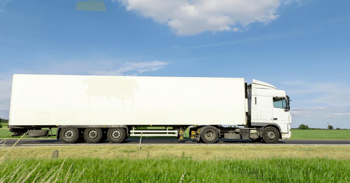 Камион на път