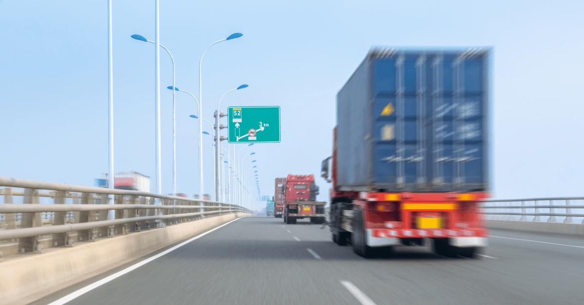 Група камиони се движат по магистрала.