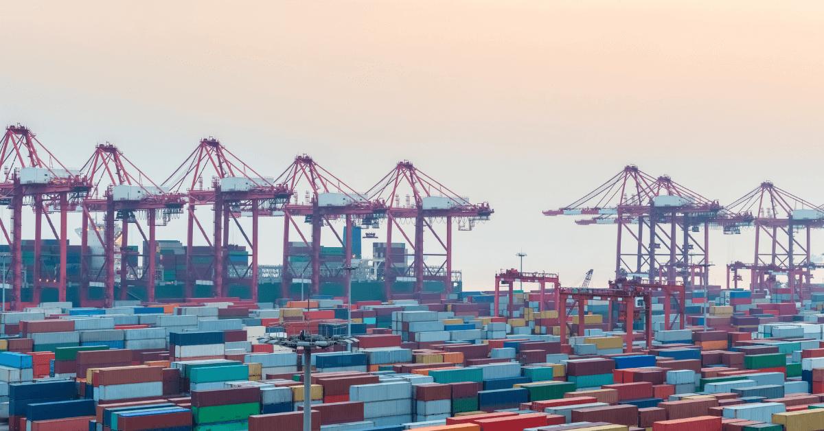 Широк изглед на товарно пристанище с интермодален терминал