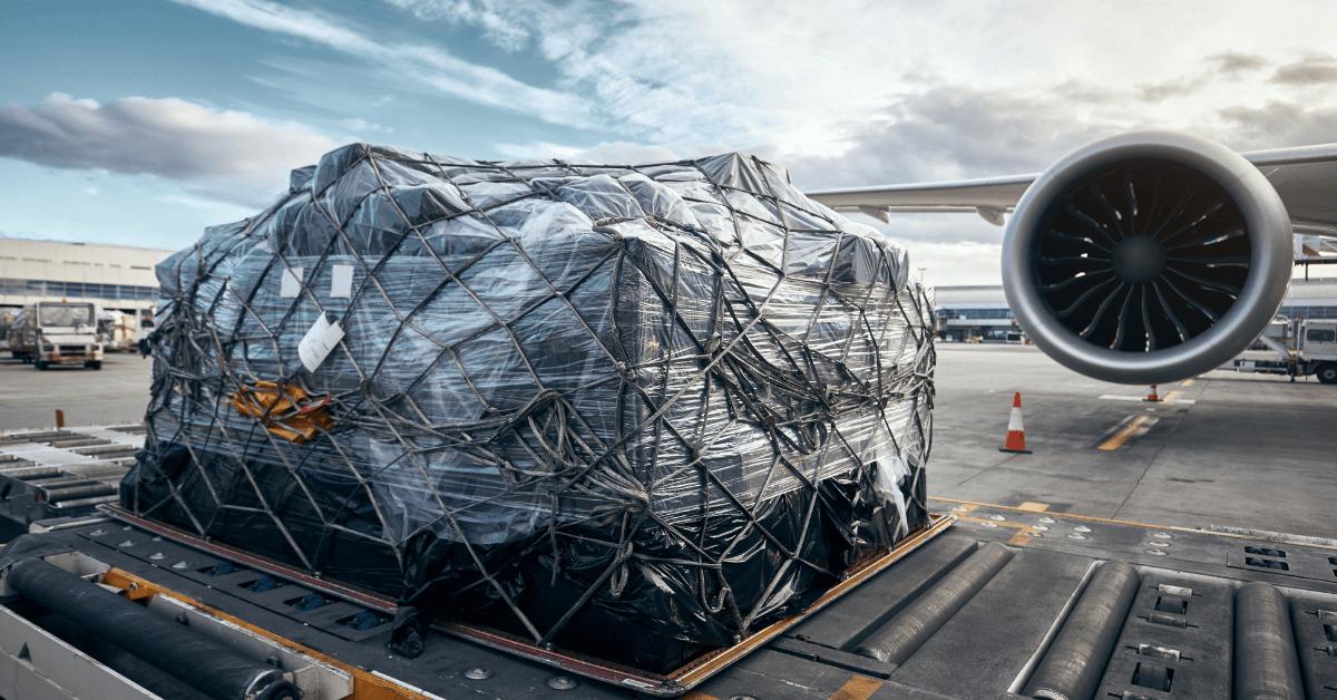 Въздушно карго, пред самолета преди да бъде натоварено.