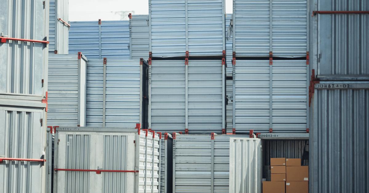 Интермодални контейнери, натрупани един върху друг