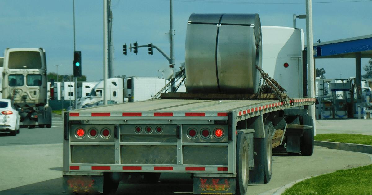 Камион натоварен със суровини