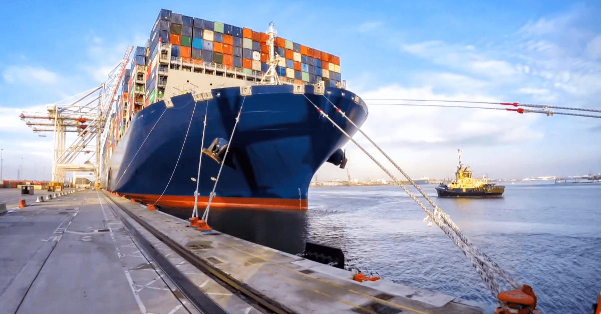 Контейнеровоз на пристанище