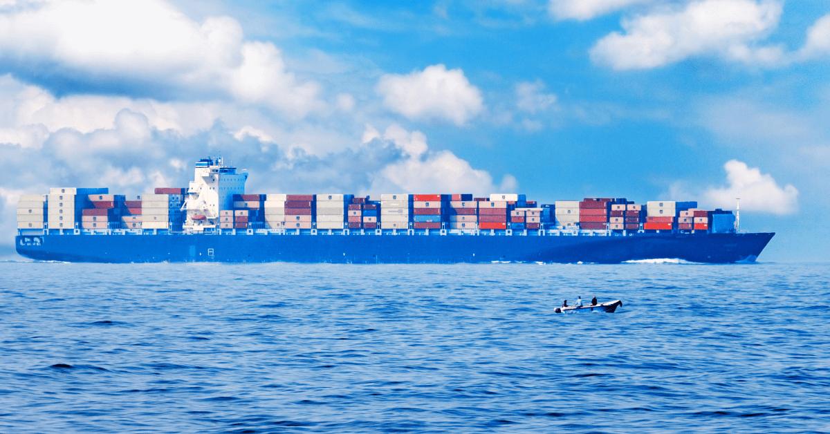 Напълно натоварен контейнеровоз в открито море.