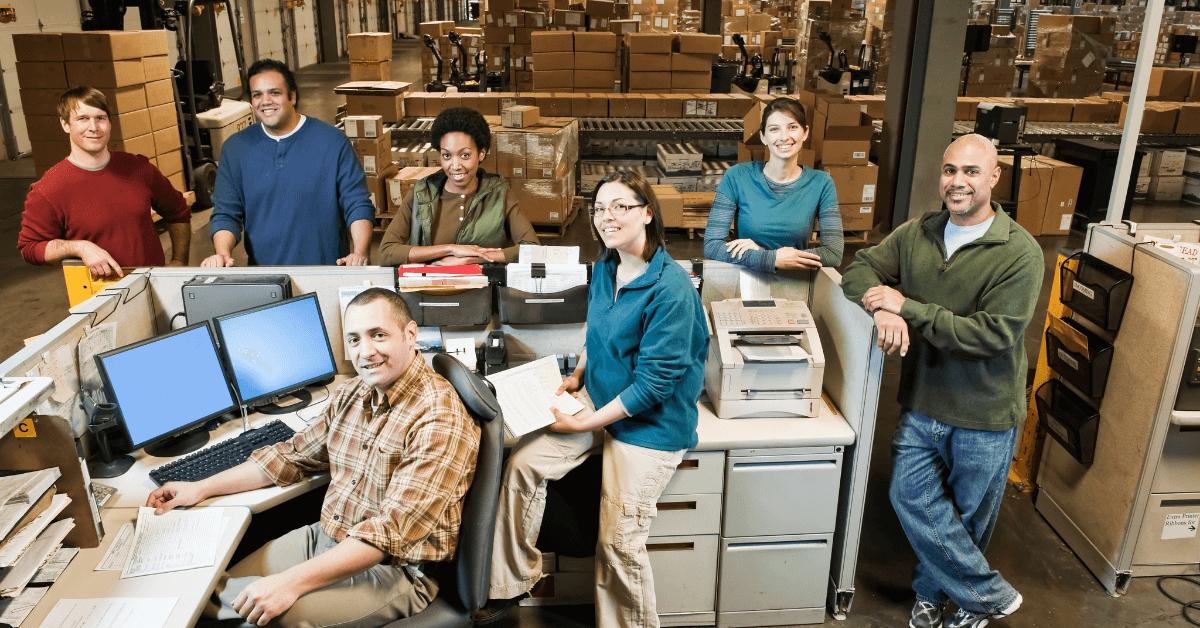Ръководен екип на скалд на фона на склада