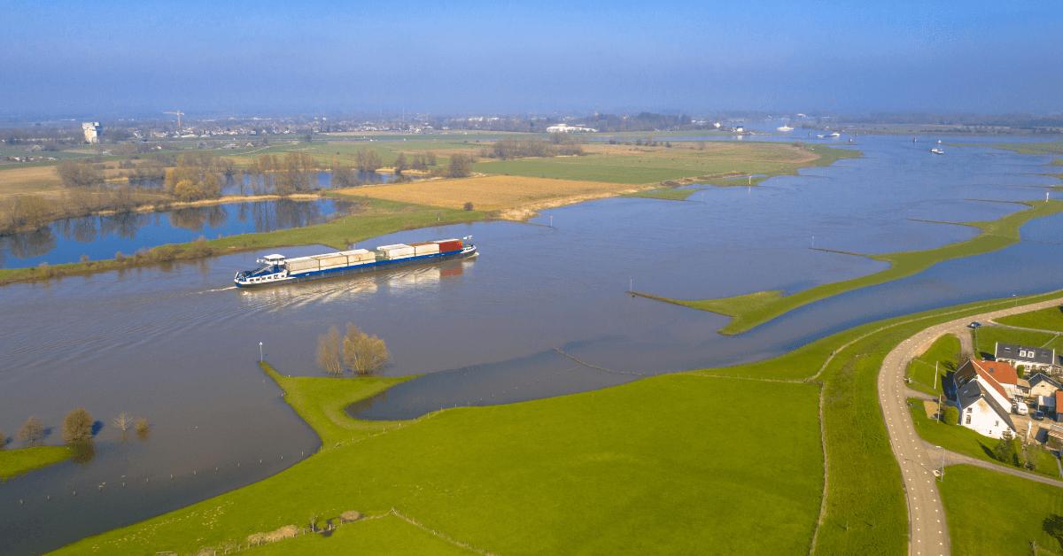 Товарен кораб навлиза в речен канал.