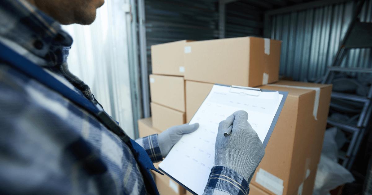 Работник проверява документите на товар.